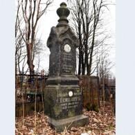 Следы пуль на старинных надгробьях